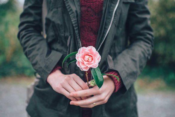 frau-mit-rose